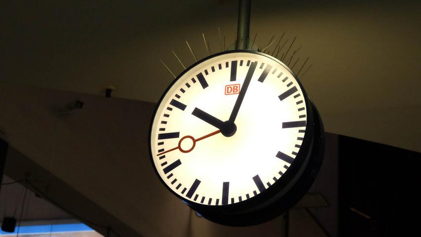 Immer wieder mal ein Thema: Verspätungen. Erreichen Züge ihr Ziel deutlich zu spät, muss die Deutsche Bahn als Betreiber der Nürnberger S-Bahn Strafe zahlen. Denn es gibt einen Vertrag, in dem festgehalten ist, welche Leistungen sie erbringen muss. Für diese Leistungen wird sie bezahlt. Für das Jahr 2016 fielen Strafzahlungen von um die 2,2 Millionen Euro an.