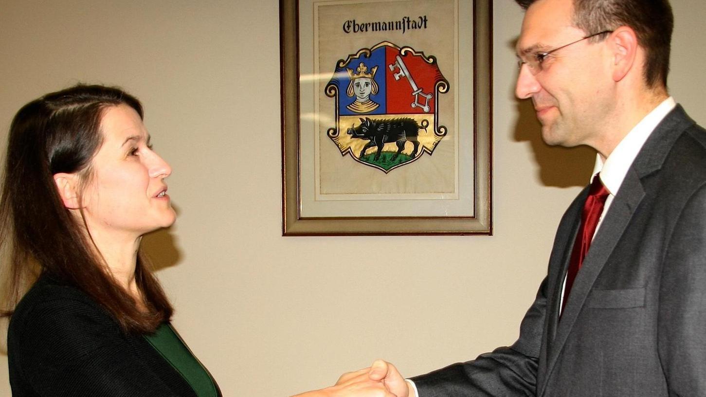 Christiane Meyer heißt Michael Hack als Stadtrat willkommen.