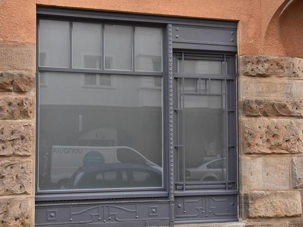 In der Ludwigstraße 71 wurde das Schaufenster eines ehemaligen Ladens erhalten.
