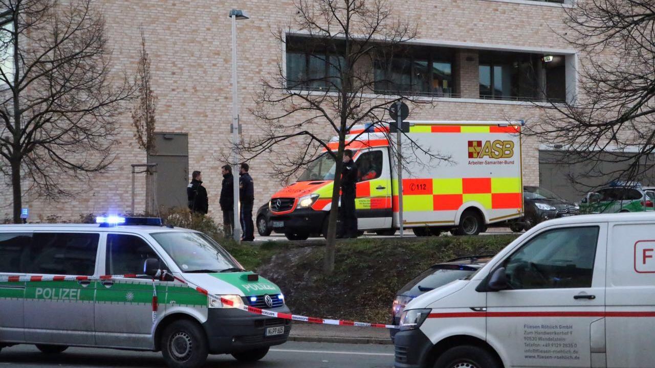 Für die polizeilichen Ermittlungen musste der Bereich um den Tatort in der Michael-Ende-Straße weiträumig abgesperrt werden.