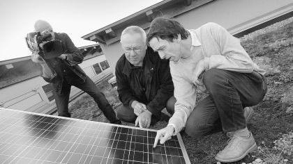 """Die intensiven Bemühungen in Erlangen Photovoltaik zur Stromgewinnung auszubauen, und im Besonderen die Anstrengungen des Erlanger Solarvereins und seines Vorsitzenden, Martin Hundhausen (r.) , haben das Interesse des WDR-Fernsehens geweckt. In der sonntäglich """"Sendung mit der Maus"""" wird kindgerecht erklärt, wie aus Sonnenlicht elektrischer Strom wird. Dazu kam jetzt ein Filmteam der """"Maus"""", das wissenschaftlich vom Träger des Umwelt-Ehrenbriefes Hundhausen beraten wird, zu Dreharbeiten in die Heinrich-Kirchner-Schule. Dort tut seit drei Jahren eine von Hundhausen selbst finanzierte Photovoltaikanlage auf dem Dach ihren Dienst für den Klimaschutz. Seitdem ist das Thema Solarenergie auch Bestandteil des Unterrichts der vierten Klassen."""