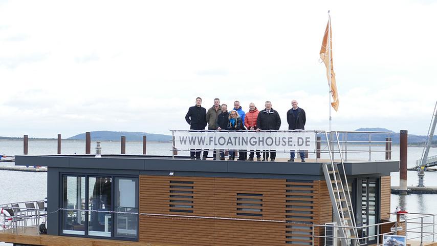 Prominenter Hausbesuch: Landrat Gerhard Wägemann, Tourismuschef Hans-Dieter Niederprüm und ZVB-Geschäftsführer Dieter Hofer statteten dem Musterhaus einen Besuch ab und besichtigten auch die Dachterasse.