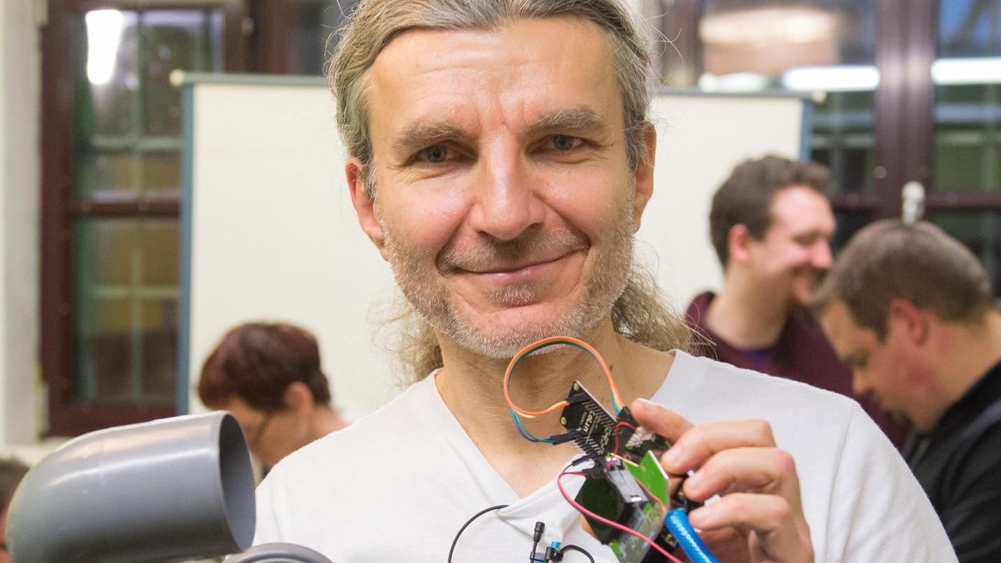 Thomas Ostrowski mit den Bauteilen für das Feinstaub-Messgerät.