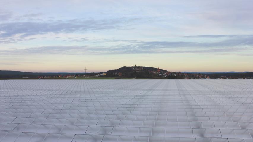 Durch das neue Gewächshaus ändert sich das Landschaftsbild rund um Abenberg gewaltig. Zuvor war es von der über der Stadt thronenden Burg geprägt. Trotzdem sind der Stadtrat und der Großteil der Bürger für das Projekt, das der Kommune Steuereinnahmen und Arbeitsplätze bringt.