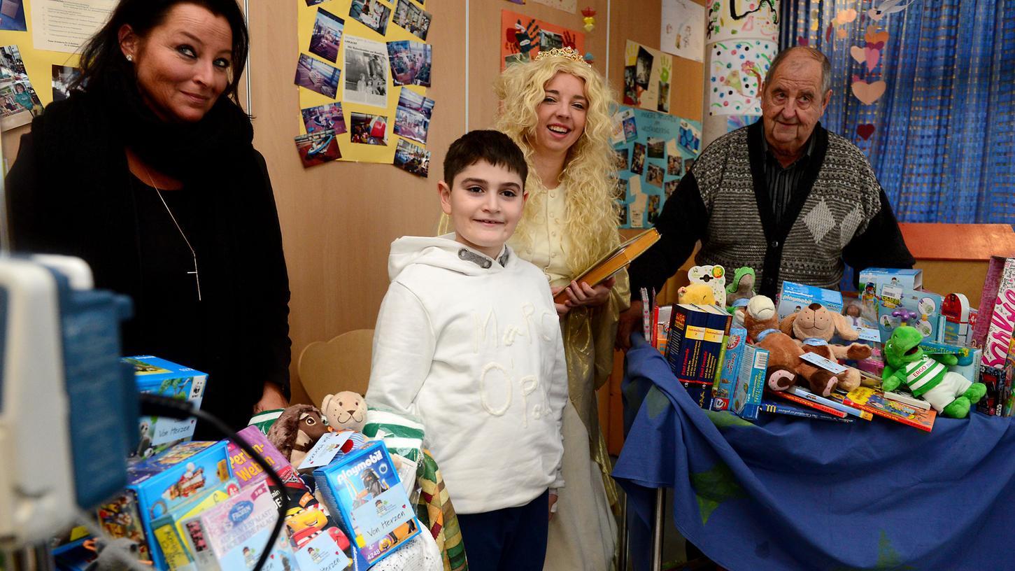 Der zehnjährige Felix freute sich über den Besuch des Christkinds - und natürlich über die mitgebrachten Geschenke