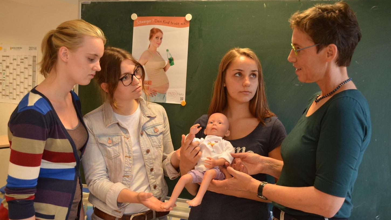 Heike Kramer (r.) warnt in Schulklassen Jugendliche vor Alkohol in der Schwangerschaft.