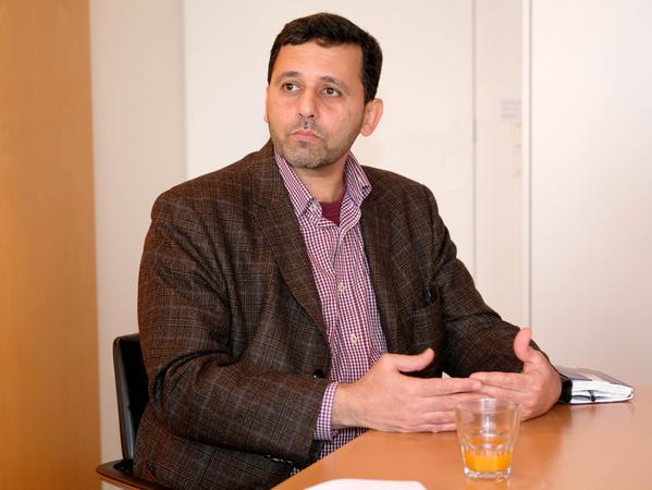 """Tarek Badawia ist seit gut einem halben Jahr Professor für Islamisch-Religiöse Studien mit Schwerpunkt Religionspädagogik an der Friedrich-Alexander-Universität (FAU) Erlangen-Nürnberg. Seine Schulausbildung erhielt er in Ägypten und Kuwait, wo er 1984 die allgemeine Hochschulreife, das Abitur, erwarb. Er promovierte 2001 in Mainz zum Thema """"Der Dritte Stuhl — Zum kreativen Umgang Immigrantenjugendlicher mit kultureller Differenz""""."""