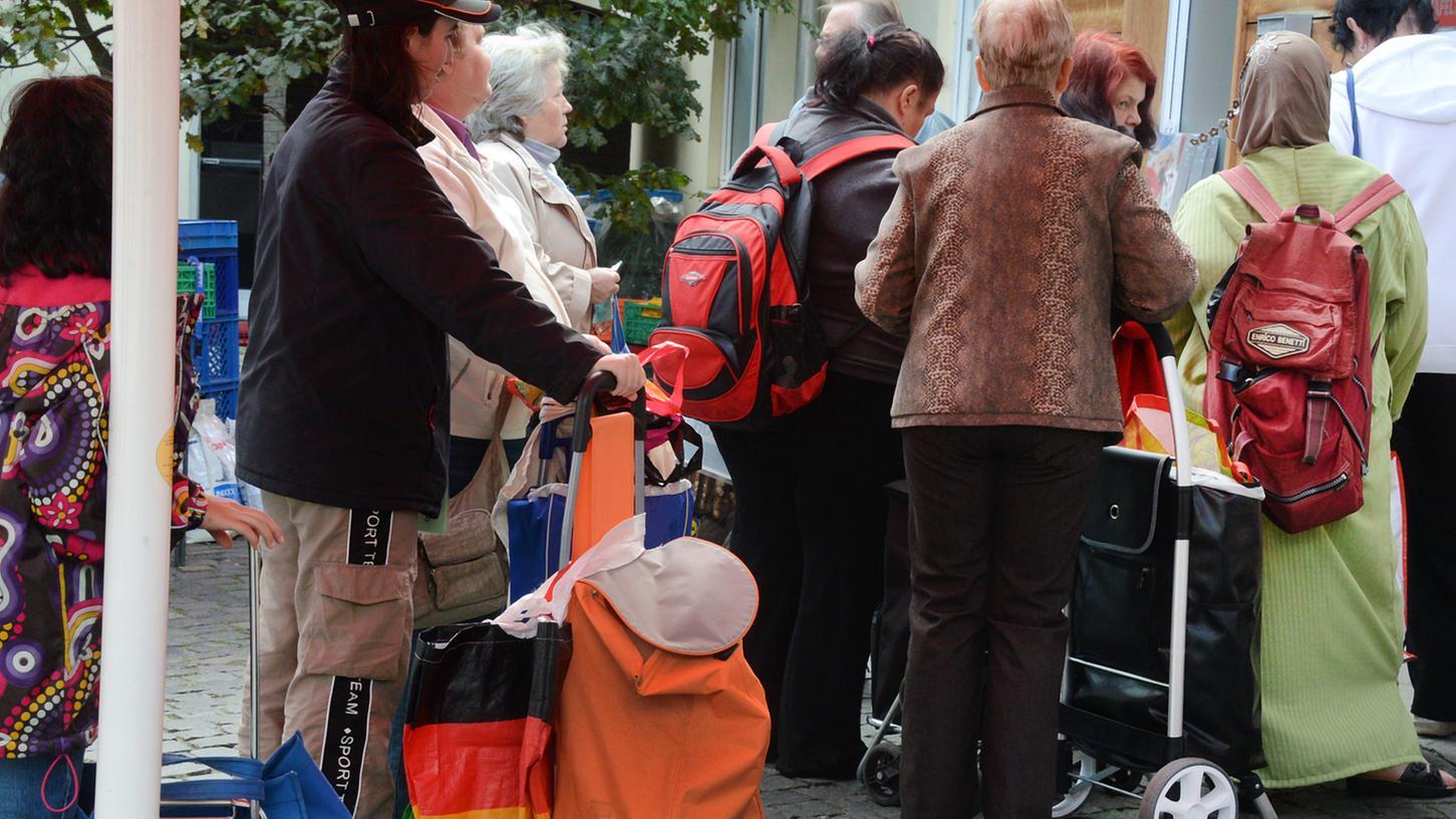 Die Zahlen sind alarmierend: Waren 2007 noch rund 12 Prozent aller Tafelgänger Rentner, machen die Senioren heute rund ein Viertel davon aus. Sozialverbände fordern ein Handeln von der Politik.