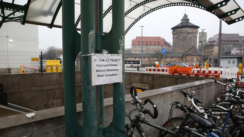 Schon seit 12. September werden Pendler, die ihr Rad vor dem Ostausgang des Hauptbahnhofs abstellen, gebeten, ihre Drahtesel am Südausgang zu parken. Doch nicht jeder beachtet das Hinweisschild.