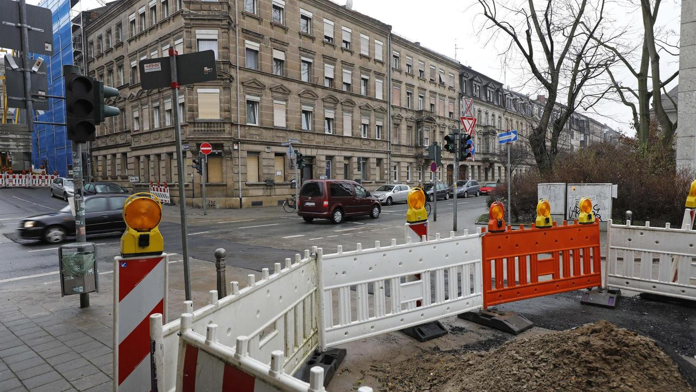 Die Zeit der Umwege ist vorbei: Die Theresienstraße wurde wieder für den Verkehr geöffnet, die untere Hirschenstraße (links) bleibt noch länger halbseitig gesperrt.