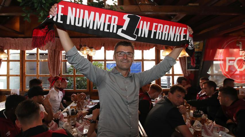 Frankens Nummer eins, auf diesen Sieg hatte man in der Noris sehnlichst gewartet. Logisch, dass sich Nürnbergs Feierbiester, welche die Derby-Kraftprobe endlich auch auf des Gegners Platz bestanden haben, auch auf dem Altstadtfest blicken lassen. Nürnbergs beste Fußballer machen Party, ihr Chefanweiser auch. Der Club, der sich schon in der Vorbereitung als Verein des Volkes inszeniert hatte, ist nun noch nahbarer, noch präsenter, ein Teil der Stadt, man mag ihn.