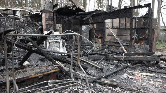 Holzhaus in Vollbrand: Wilhelmsdorfer Feuerwehr im Großeinsatz