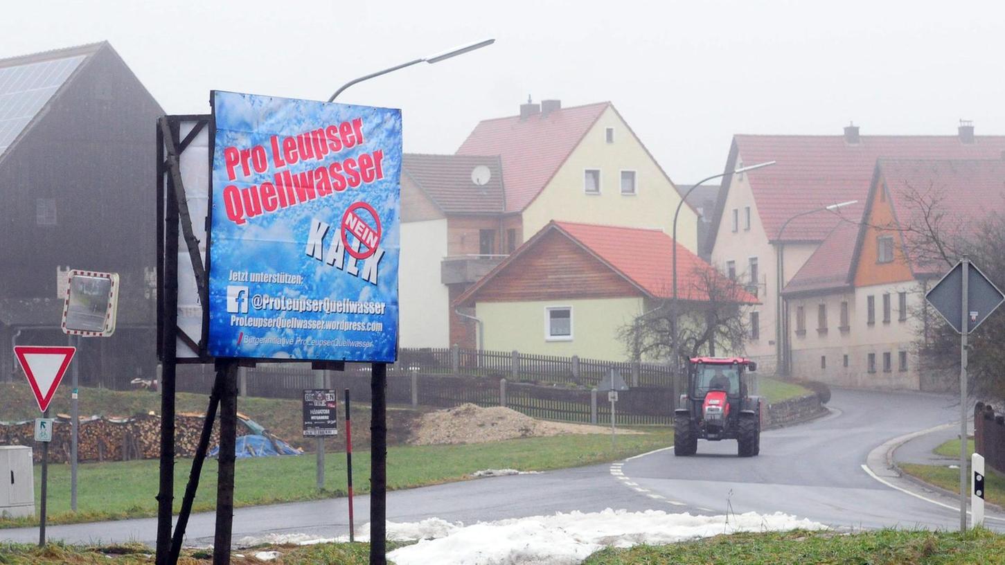 Ein Plakat am Leupser Ortseingang weist auf das Quellwasser hin, der Wasserstreit nimmt zu. Die Mitglieder der Bürgerinitiative wollen anonym bleiben, ihre Namen dürfen wir nicht veröffentlichen.