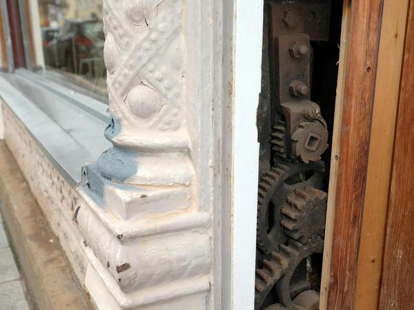 ...in der Seite versteckt ist die Mechanik für den Holzrollo.