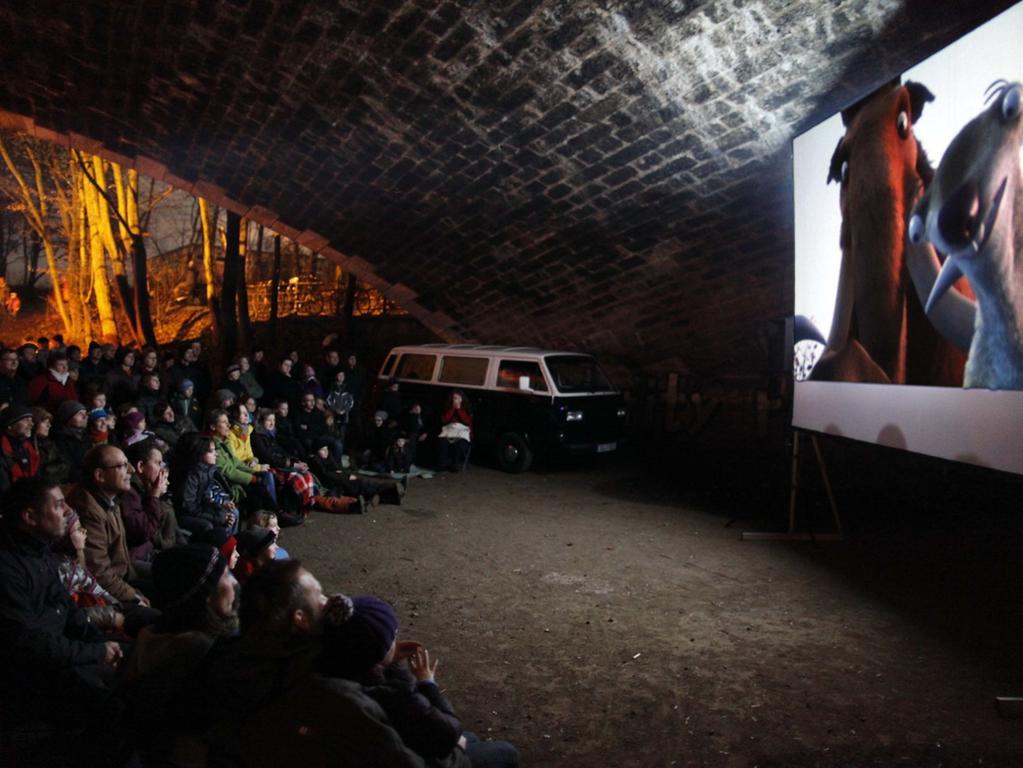 Mobiles Kino unter der Brücke