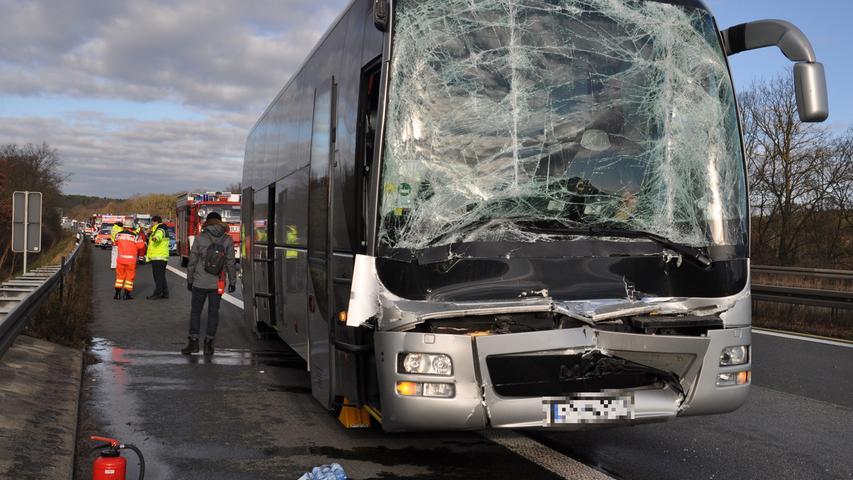 Schock auf der A3: Reisebus fährt auf Lastwagen auf