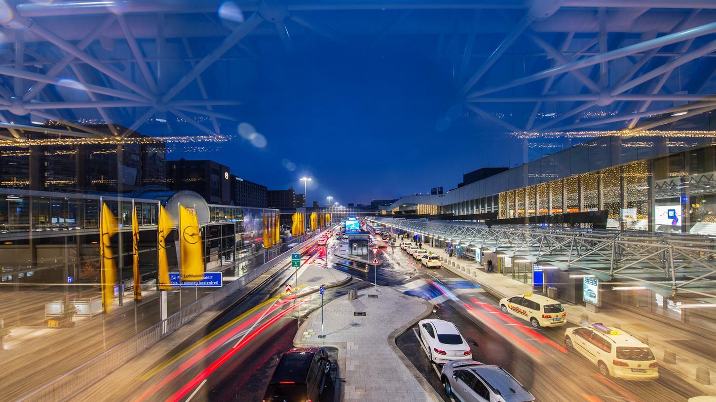 Um die Infrastruktur einer Stadt lahmzulegen, haben es kriminelle Hacker unter anderem auf Computernetzwerke von Flughäfen abgesehen.