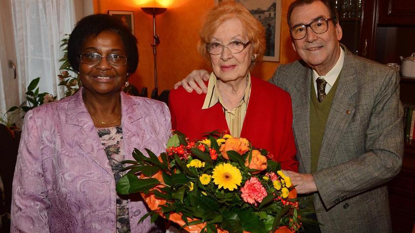 Nelida und Alfredo Rouco sind seit 60 Jahren glücklich verheiratet. Glückwünsche der Stadt überbrachte Stadträtin Pierette Herzberger-Fofana (li.).