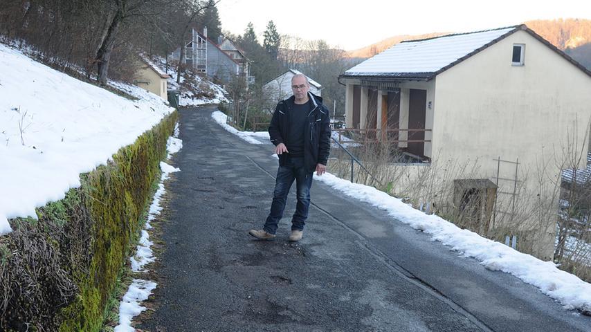 Nicht nur Yves Porisch ärgert sich über den Zustand. Rund 15 weitere Anwesen sind über die Straße angeschlossen. Die nehmen den Zustand aber sportlicher hin, sagt Bürgermeister Stefan Förtsch auf Nachfrage.
