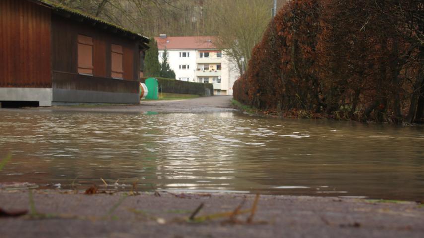 Auch Fußgängerüberwege waren am Samstag unter Wasser.