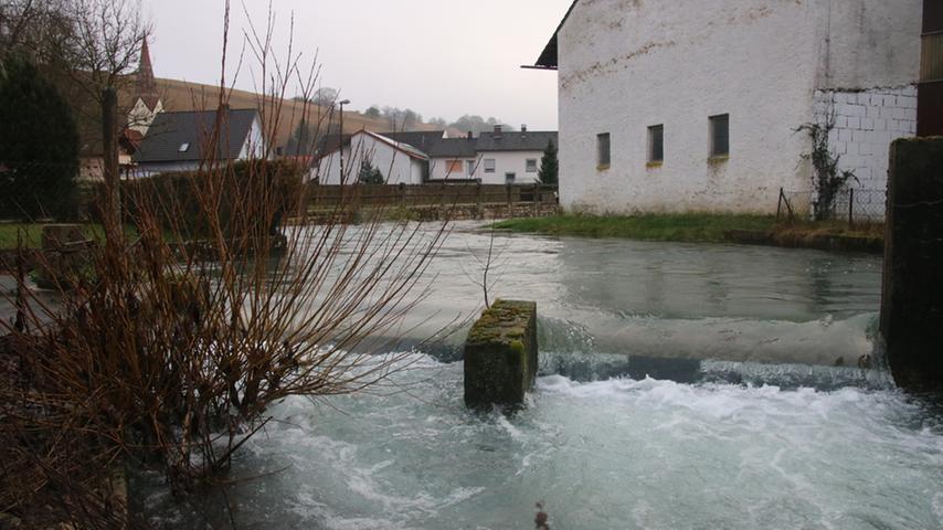 Auch der Schambach in Suffersheim rauschte am Samstag ordentlich vor sich hin.