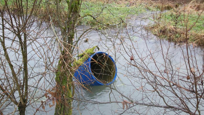 Die Wassermassen hatten mitunter auch Treibgut mit sich genommen, das sonst wohl auf trockenem Boden steht.