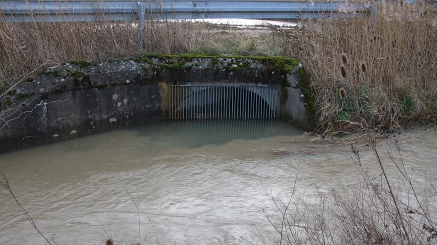 Viel Luft war zwischenzeitlich auch in der Rezat bei Weißenburg in den Wasserauslässen nicht mehr.
