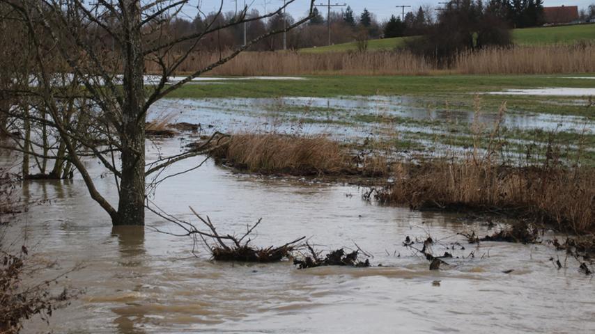 Aus dem Bächlein ist bei Weißenburg ein Fluss geworden. Die Rezat steht über ihren normalen Ufern.