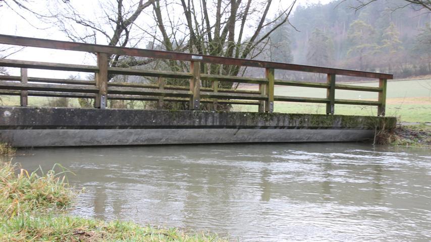 Die Brücke sitzt auf dem Fluss.