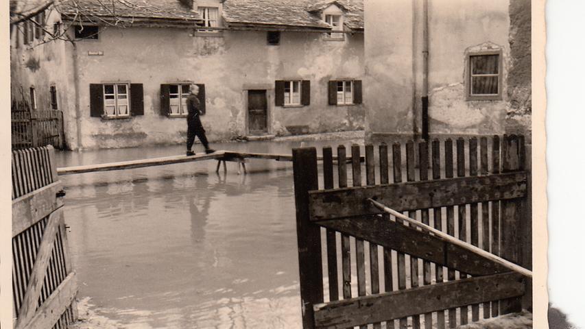 Die Menschen bauten Stege, um von Haus zu Haus zu kommen, so hoch stand die Altmühl in der Stadt.