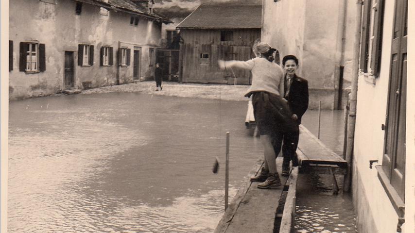 Für die Kinder war das Hochwasser vor allem ein Abenteuer. Mitunter fuhren Boote von Haus zu Haus.