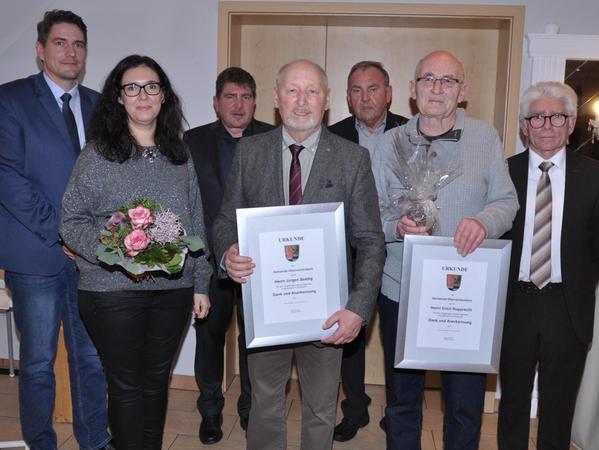 Für ihr ehrenamtliches Engagement wurden Jürgen Seddig (2. v. l.) und Erich Rupprecht mit Dankesurkunden ausgezeichnet. Dahinter die Laudatoren Bernd Liebezeit und Franz Teschauer.