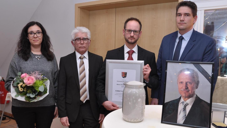 Bewegender Moment: Sohn Jörg (2. v. r.) nimmt für den verstorbenen Vater Günter Himmler die Bürgermedaille und Urkunde entgegen. Mit auf dem Bild die Gemeindespitze (v. l.) mit Sandra Berlacher, Klaus Hacker und Johannes Kreß.