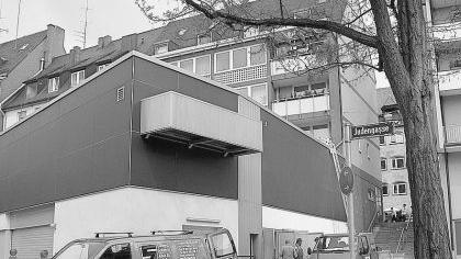 Anwohnern und Altstadtfreunden ist dieser schwarze Erweiterungsbau der Norma-Filiale in der Inneren Laufer Gasse, der nach hinten in die Judengasse hineinragt, ein Dorn im Auge.