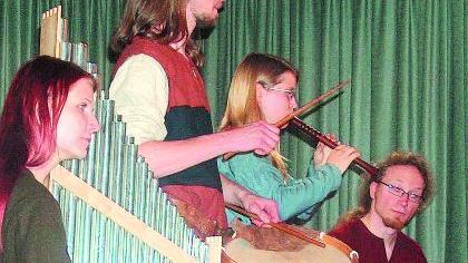 """Instrumente, Kleidung, Melodien — das Ensemble """"Nimmersêlich"""" versucht möglichst originalgetreue Mittelalter-Musik an die Hörer zu bringen."""