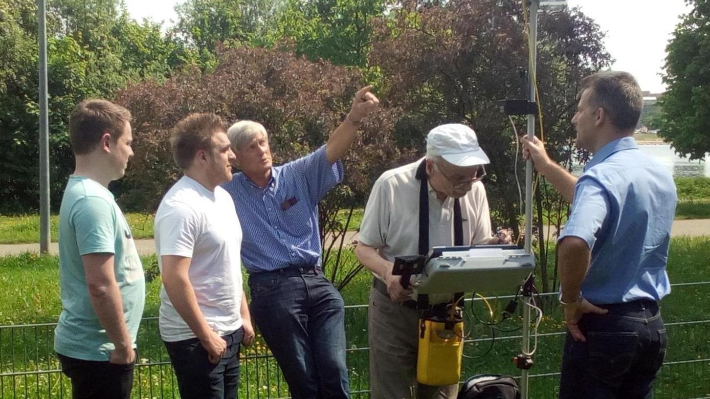 Bei einer Exkursion erläuterten die Professoren Michael Diegelmann, Fritz Schreiber und Peter Rausch (von rechts) den Studierenden, wie die Geländevermessung mit GPS grundsätzlich funktioniert. Auf dieser Basis sollen die Studierenden dann neue Ideen für die Bauwirtschaft entwickeln.