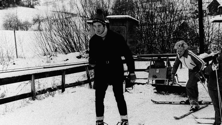 Als die Winter in unseren Breiten noch schneereicher waren, gab es neben der Anlage des Skiclubs in Bodendorf im Bereich der Stadt Pegnitz auch noch einen Skilift im Ortsteil Kosbrunn. Ein Schlepplift an der Nordseite des 627 Meter hohen Kleinen Kulm erschloss die rund 400 Meter lange Abfahrtspiste, die mit ihrer Flutlichtanlage bis in den Abend hinein genutzt werden konnte. Wer dann immer noch nicht genug hatte, konnte nur 500 Meter weiter in einer Gaststätte einkehren. Beides, Skilift und Gaststätte, sind längst Geschichte. Foto: NN-Archiv