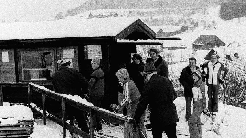 Als die Winter in unseren Breiten noch schneereicher waren, gab es neben der Anlage des Skiclubs in Bodendorf im Bereich der Stadt Pegnitz auch noch einen Skilift im Ortsteil Kosbrunn. Ein Schlepplift an der Nordseite des 627 Meter hohen Kleinen Kulm erschloss die rund 400 Meter lange Abfahrtspiste, die mit ihrer Flutlichtanlage bis in den Abend hinein genutzt werden konnte. Wer dann immer noch nicht genug hatte, konnte nur 500 Meter weiter in einer Gaststätte einkehren. Beides, Skilift ud Gaststätte, sind längst Geschichte. Foto: NN-Archiv