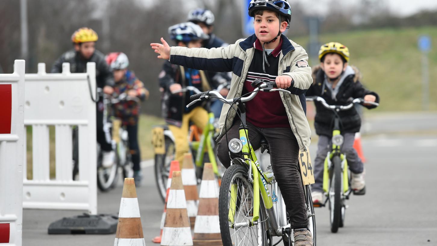 Immer weniger Grundschüler in Nürnberg bestehen die Fahrradprüfung, warnt die Verkehrspolizei. In manchen Klassen fällt die Hälfte der Schüler durch.