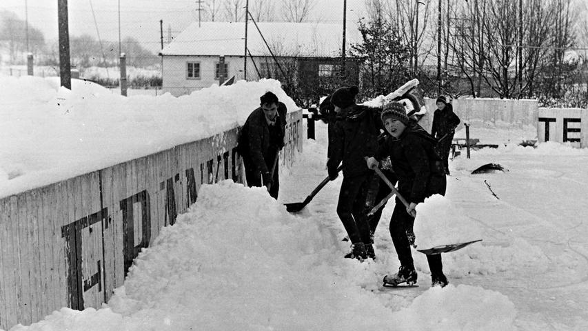 Unter welchen heute unvorstellbaren Bedingungen vor 50 Jahren in Pegnitz Eishockey gespielt wurde, beweisen diese Fotos aus dem Jahr 1968. Nach heftigen Schneefällen musste das Spielfeld am Nachmittag mit einem Traktor geräumt und anschließend freigeschaufelt werden. Am Abend standen die Zuschauer auf Schneebergen, höher als die Bande. Sehenswert auch die Spielerbank. Trotzdem verlor der EVP damals gegen den Landesliga-Spitzenreiter nur knapp mit 2:3 Toren. Foto: Claus Volz