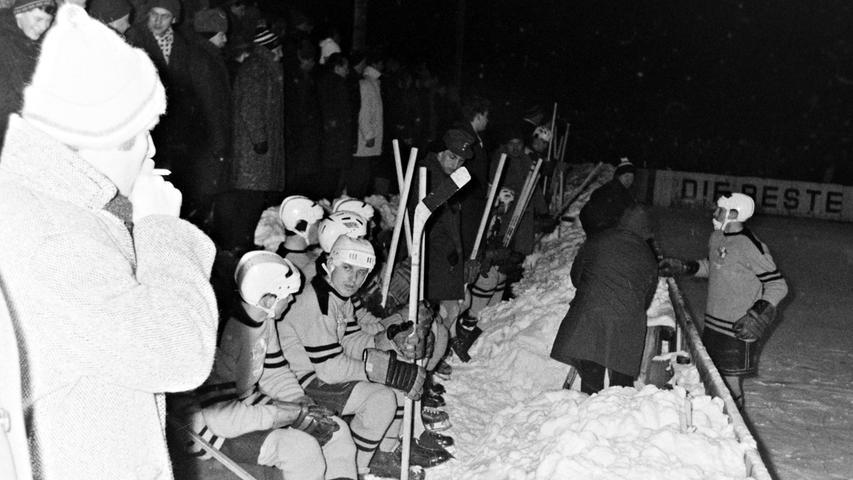 Unter welchen heute unvorstellbaren Bedingungen vor 50 Jahren in Pegnitz Eishockey gespielt wurde, beweisen diese Fotos aus dem Jahr 1968. Nach heftigen Schneefällen musste das Spielfeld am Nachmittag mit einem Traktor geräumt und anschließend freigeschaufelt werden. Am Abend standen die Zuschauer auf Schneebergen, höher als die Bande. Sehenswert auch die Spielerbank. Trotzdem verlor der EVP damals gegen den Landesliga-Spitzenreiter Regensburg nur knapp mit 2:3 Toren. Foto: Claus Volz