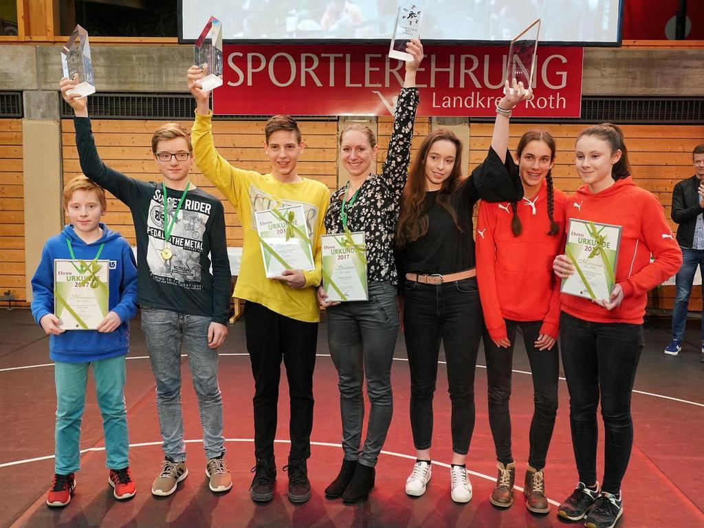 Sie Sieger in diesem Jahr: Links die Stark-Brüder, in der Mitte Hannes Hörmann (Sportler des Jahres) und Milena Slupina (Sportlerin des Jahres), rechts die Leichtathletinnen der LG Landkreis.
