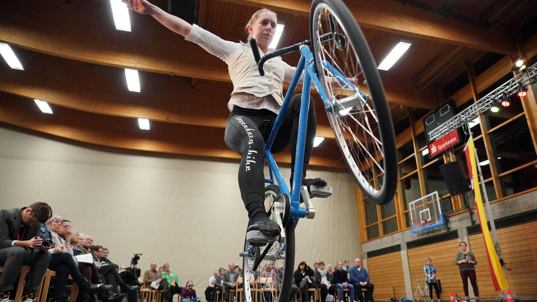 """Hier fährt die beste Kunstradfahrerin der Welt vor. Milena Slupina vom TSV Bernlohe holte sich im Herbst 2017 in Österreich den Titel und heimste deshalb nicht ganz überraschend den Titel der """"Sportlerin des Jahres"""" im Landkreis Roth ein. Es ist schon das dritte Mal, dass die Studentin die """"gläserne Eins"""" mit nach Hause nehmen durfte."""