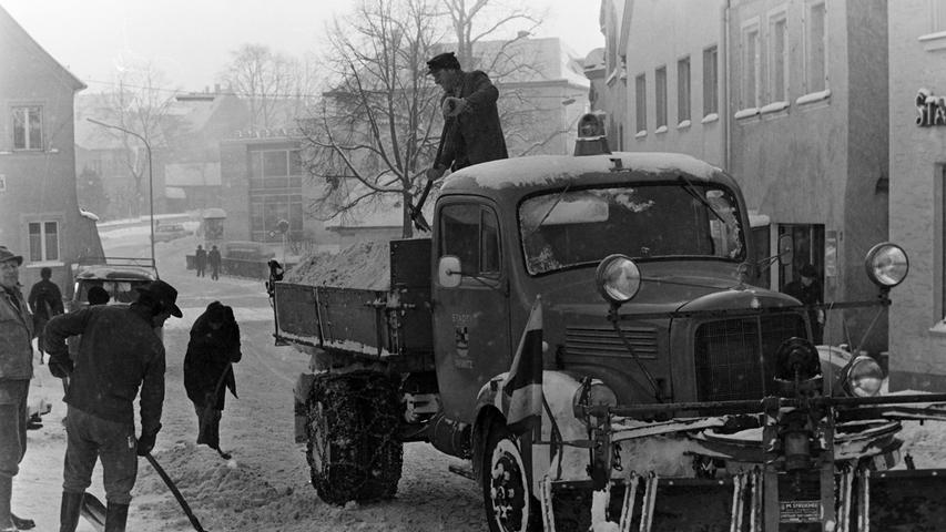 Auch wenn es derzeit wieder schneit, so ist das doch nicht vergleichbar mit der Situation vor 50 Jahren, als die Stadt- und Kreisbauhöfe mit einem der schneereichsten Winter aller Zeiten zu kämpfen hatten. Mit einfachsten Gerätschaften mussten die Arbeiter damals der weißen Pracht Herr werden, wie unsere Bilder aus dem Jahr 1968 beweisen.