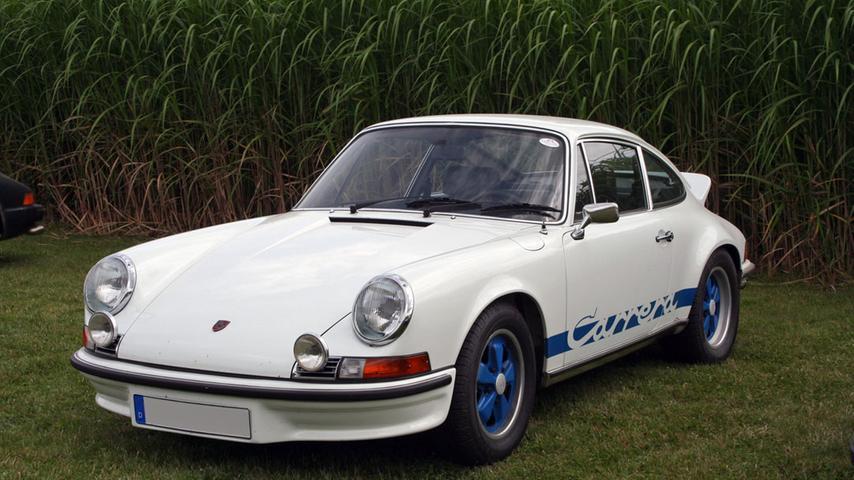 Keiner sagt Neun-Eins-Eins: Der berühmteste Porsche aller Zeiten heißt Neun-Elf. Der Neun-Elfer, das kann man ohne auch nur den Funken eines Zweifels sagen, darf geradezu als Inbegriff für die ganze Marke gelten. Sein Design war stilprägend für alle späteren Porsche-Modelle bis heute. Als die Baureihe Anfang der 60er-Jahre auf den Markt kam, waren die Motoren im Gegensatz zu heute allerdings noch luftgekühlt.