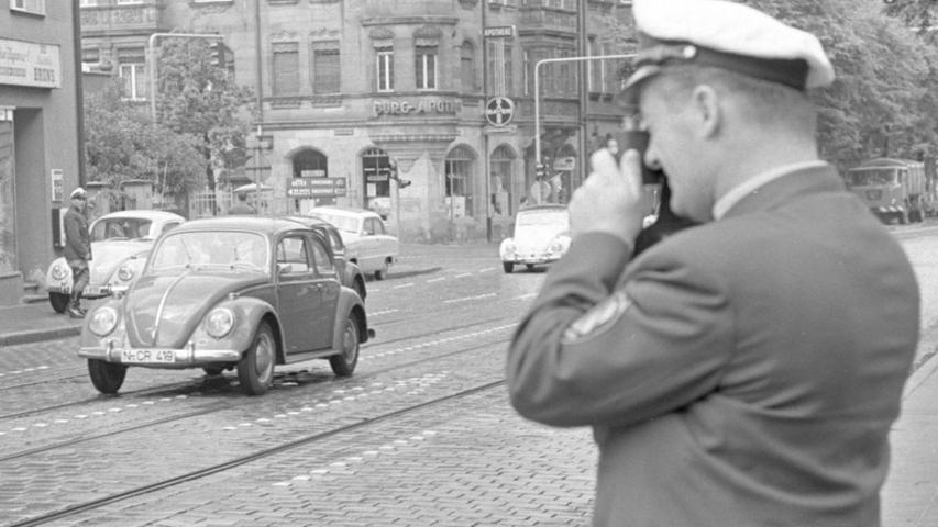 Ach, war das schön, als der VW Käfer noch zum alltäglichen Straßenbild gehörte. So wie hier bei einer Verkehrskontrolle in den 1960er-Jahren nahe der Burg-Apotheke. Unsere schönsten Käfer-Bilder aus dem Archiv finden Sie hier. Ganz rechts hat sich noch ein städtischer Müllwagen der Marke FAUN ins Bild geschlichen.