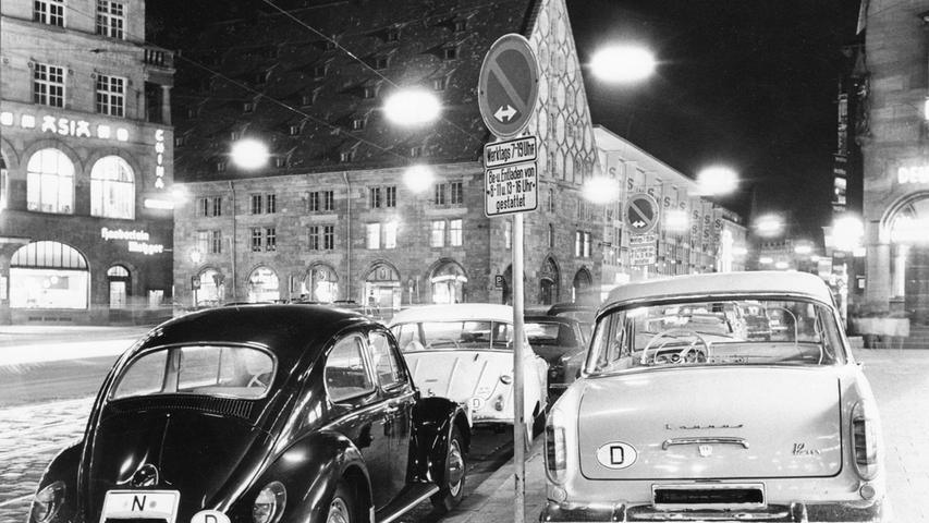 Aus heutiger Sicht undenkbar: 1964 wollte die Stadt Nürnberg die Stellflächen für Autos noch verdreifachen - damals glaubte man an die autogerechte Stadt. Sehr zur Freude der Fahrer dieses VW Käfer und des Ford 12m, der damals noch unter dem Markennamen Taunus verkauft wurde. Das Foto entstand in der Königstraße vor der Mauthalle (hinten links im Bild). Mehr Bilder aus der Geschichte der Mauthalle finden Sie hier.
