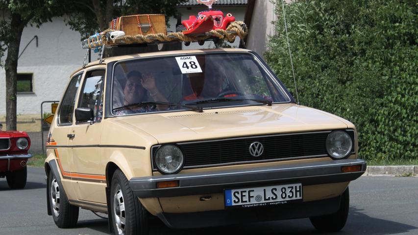 Er gehört zu den meistgebauten Autos der Welt, begründete eine nach ihm benannte Fahrzeug-Klasse und führt seit Jahrzehnten die deutschen Zulassungsstatistiken an: Der VW Golf. Generationen von Fahrschülern haben im Golf ihren Führerschein gemacht. Und auch die stärkste Motorvariante, die schon im Golf 1 ab 1976 erhältlich war, begründete einen Mythos, für den man nur drei Buchstaben braucht: GTI.