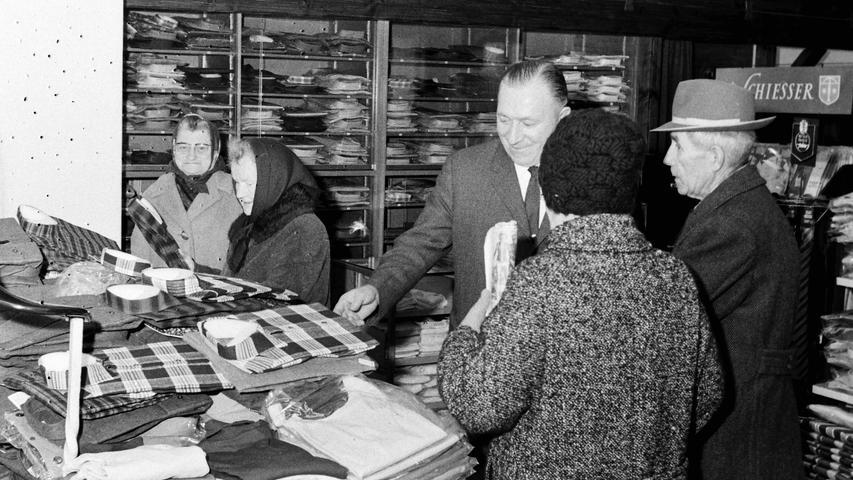 Heute spielt der Winterschlussverkauf kaum mehr eine Rolle, sei es, weil es keine richtigen Winter mehr gibt oder weil der Handel das ganze Jahr über mit Rabattaktionen lockt. Früher war das ganz anders. Da fieberte die Bevölkerung dem genau festgelegten Termin regelrecht entgegen und die Zeitungen waren seitenweise voller Anzeigen mit Sonderangeboten. Regelmäßig herrschte dann auch großer Andrang in den Geschäften, wie hier vor 50 Jahren im Modehaus Wiesend in Pegnitz.