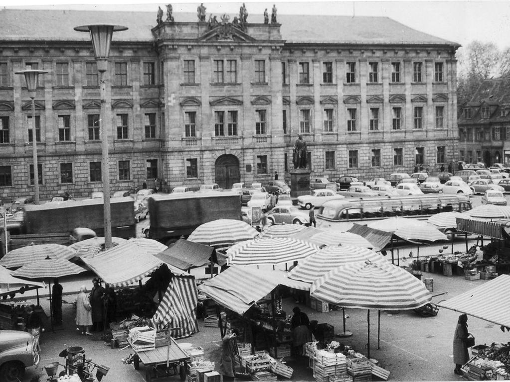 FOTO: Hilde Stümpel, veröff. in der NN-B-Ausgabe vom 1.7.1961...MOTIV: Marktplatz von Erlangen mit grünem Markt und Schlossplatz als Parkplatz. Hinten das Markgrafenschloss...Sechziger Jahre...